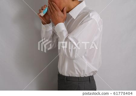 使用噴鼻劑的男人 61778404
