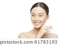 ภาพความงามของผู้หญิงบนพื้นหลังสีขาว 61783193