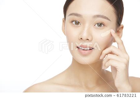 흰색 배경의 여성 뷰티 사진 61783221