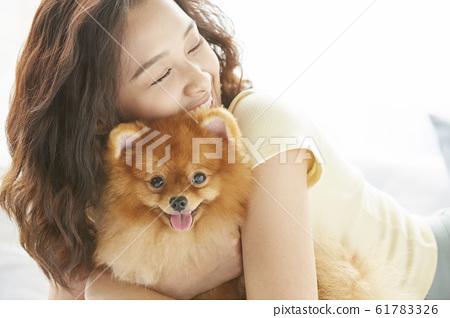 和小狗一起生活的年輕女子 61783326