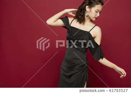 在彩色背景上穿裙子的肖像 61783527