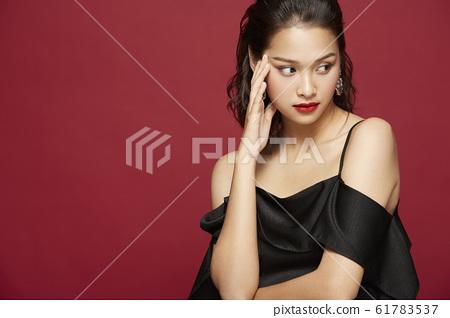 在彩色背景上穿裙子的肖像 61783537