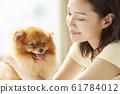 和小狗一起生活的年轻女子 61784012