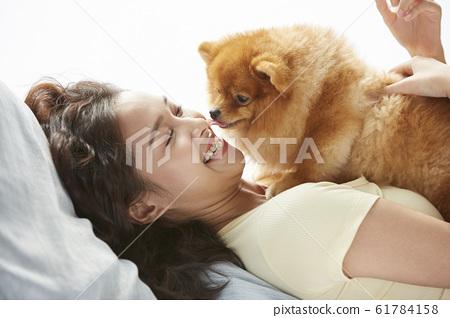 和小狗一起生活的年轻女子 61784158