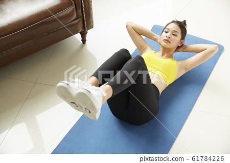 在她的房間裡訓練的年輕女子 61784226