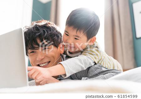 年輕的父母,假期,好朋友,個人電腦 61854599