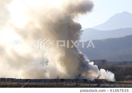 火中冒出大量煙霧 61867638