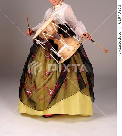 韓服穿著韓國婦女和韓國傳統樂器 61943853