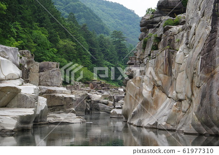 Shinshu Kiso Road景觀臥床不起的地板在Kiso河被侵蝕的奇怪的岩石遺留下來的Taro Urashima傳說 61977310