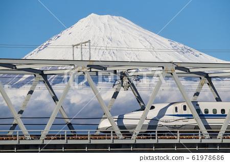 新幹線和富士山 61978686