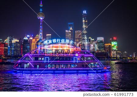 《上海》外灘夜景·陸家嘴的遊輪和摩天大樓 61991773