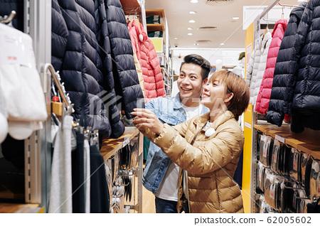 Couple Choosing Down Jacket 62005602