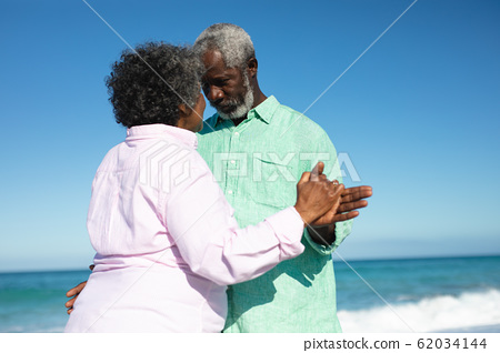 Old couple in love at the beach 62034144
