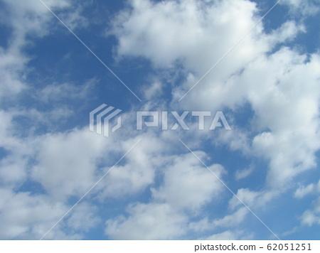 2月的蓝天和白云 62051251