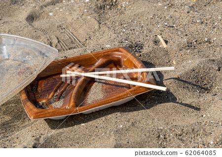 [圖片]垃圾丟在沙灘上 62064085