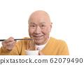 笑着吃寿喜烧的老人 62079490