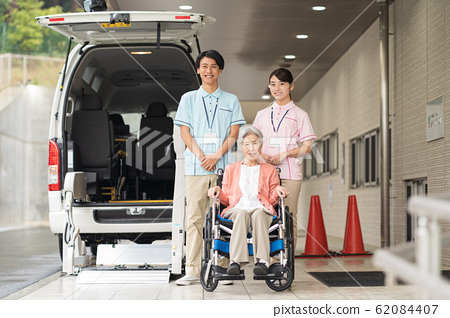 노인, 간병인, 복지 차량 62084407