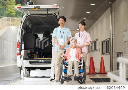 노인, 간병인, 복지 차량 62084409
