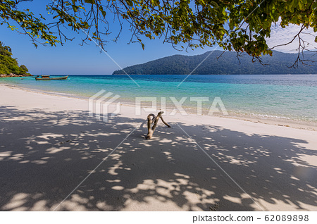 Rawi Island  white sand clear water, Satun Province, Thailand 62089898
