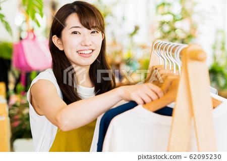 여성 점원 아르바이트 접객 의류 귀여운 캐주얼 62095230