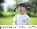 在公园里玩的女孩 62096258