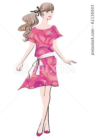 핑크 원피스로 포즈를 취하는 여성 62136003