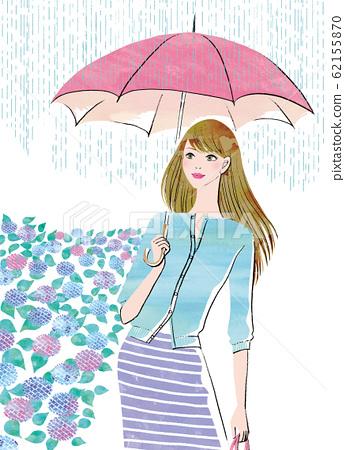 수국의 계절에 우산을 쓰고 나가는 여성 62155870
