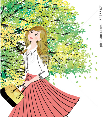 ผู้หญิงมองขึ้นไปบนท้องฟ้าในฤดูสีเขียวสด 62155871