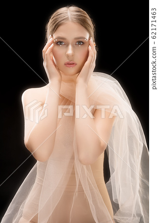Pretty woman in bra and white veil cropped shot 62171463