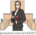 안경을 쓴 여성 변호사 62182567