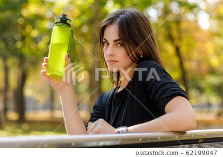sporty woman drinking water 62199047