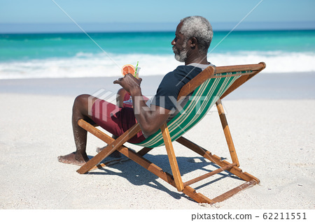 Old man relaxing at the beach 62211551