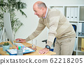 Businessman working in office 62218205