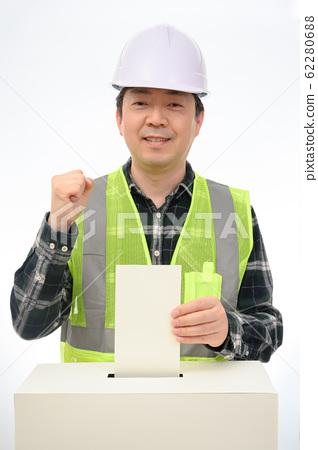 手把選票放在選舉投票箱 62280688
