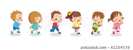 친구들과 건강하게 돌아 다니는 귀여운 아이들 62284539