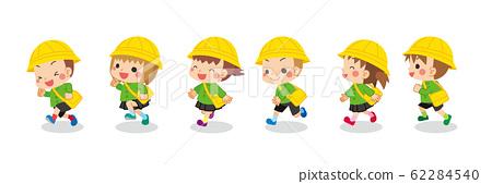 可愛的孩子們高高興興地跑來跑去 62284540