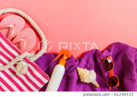 Summer bag background with copy space. Flat lay 62290515