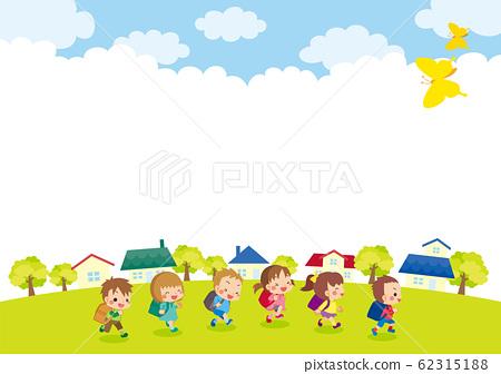 可愛的小學學生,在藍藍的天空下運行 62315188