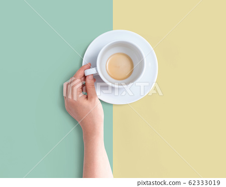 Female hand holding a tea cup 62333019