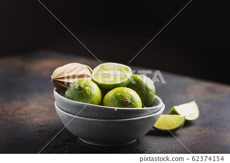 Fresh green limes 62374154