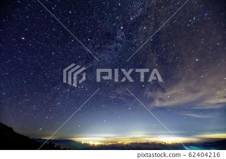 飯豊山에서 볼 아이즈 와카 마츠 방면의 야경과 밤하늘 62404216