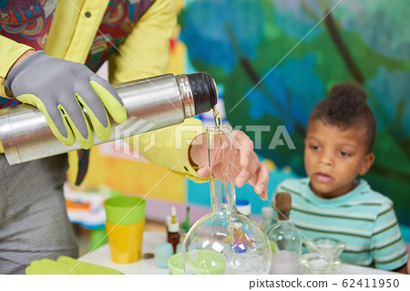 Science show for children. 62411950
