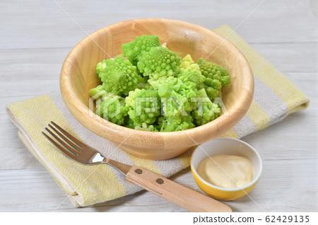 삶은 로마네스코 (야채). 가열 조리 된 야채 샐러드. 콜리 플라워의 일종입니다. 마요네즈를 곁들여. 62429135
