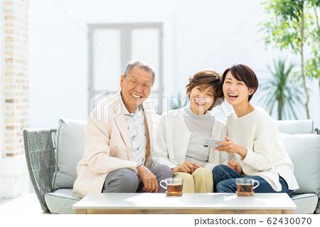 부모와 자식 스마트 폰 여행 가족 이미지 62430070