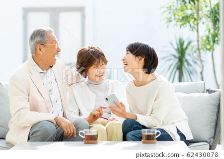 父母和孩子的智能手機旅行家庭形象 62430078