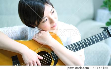 어쿠스틱 기타와 여성 이미지 62437166