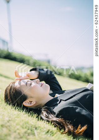 Business woman relaxing outside 62437949