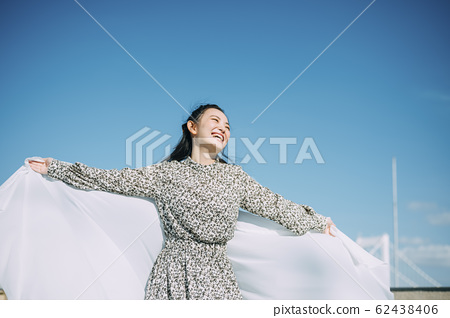 Portrait of a woman outdoors 62438406