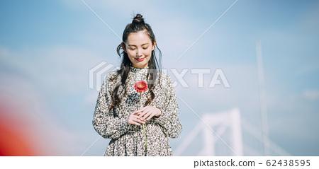 꽃을 가진 여자의 초상화 62438595