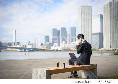 在外面工作的商人 62438611